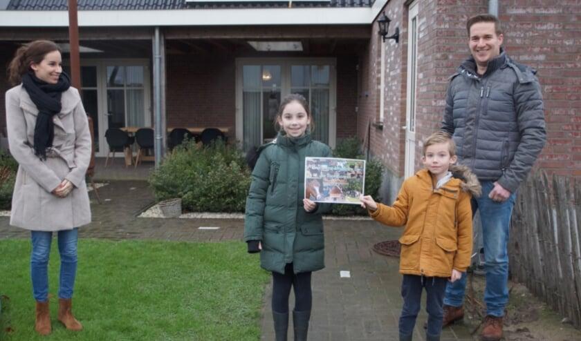 <p>De familie Vos-Van Sambeek ontvangt hun prijs van melkveehouder Rob Wientjes. </p>