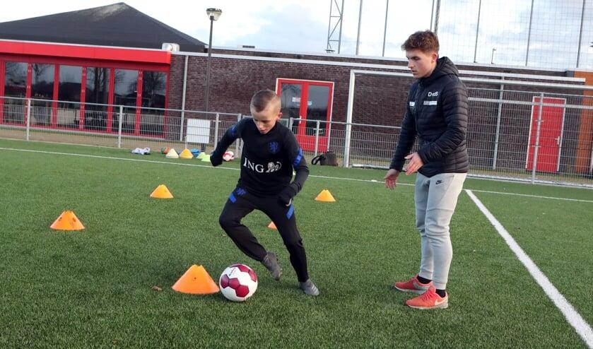 <p>Dean van der Sluijs bij zijn voetbalschool bij DESO.</p>