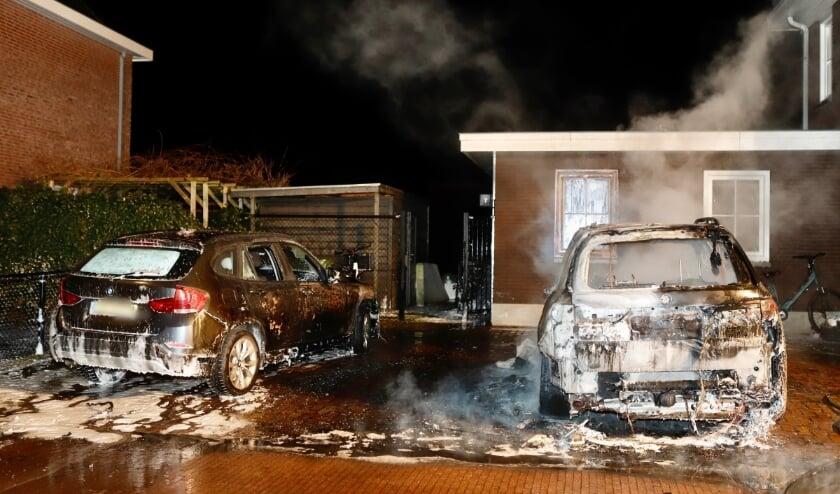 <p>Woensdagnacht gingen twee BMW&#39;s in vlammen op.</p>