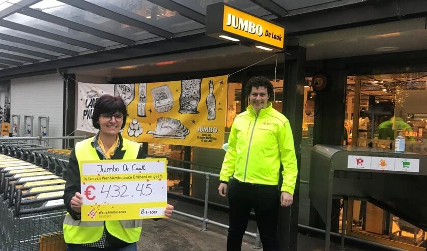 <p>Monique van Jumbo en Martijn van WensAmbulance Brabant bij de Udense supermarkt.</p>