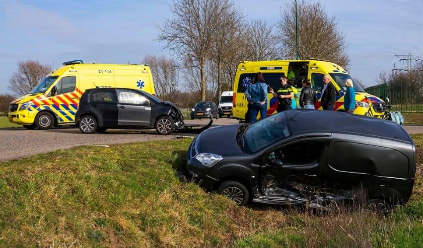 Auto's botsen op kruising Huizenbeemdweg - Gewandeweg. (Foto: Gabor Heeres, Foto Mallo)