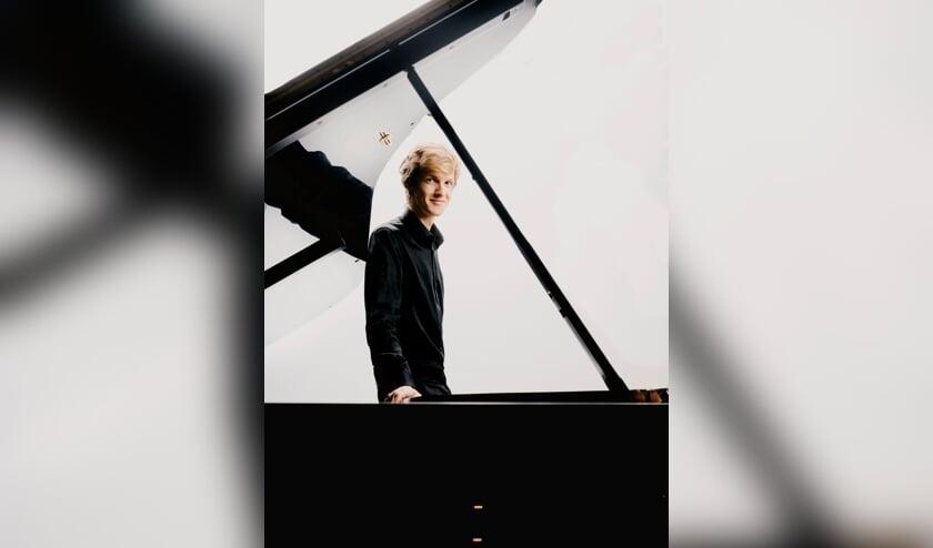 <p>Rik Kuppen maakt furore als pianist (Foto: Marco Borggreve).</p>