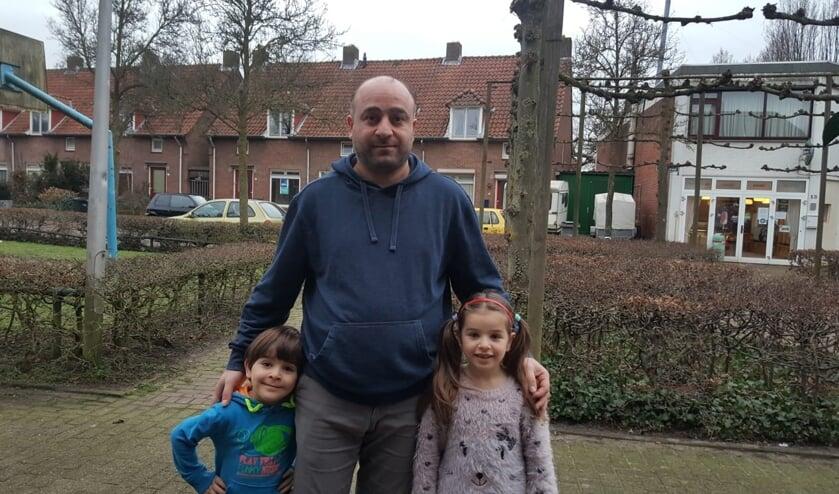 <p>Mufid met zijn zoon (4) en dochter (6).</p>