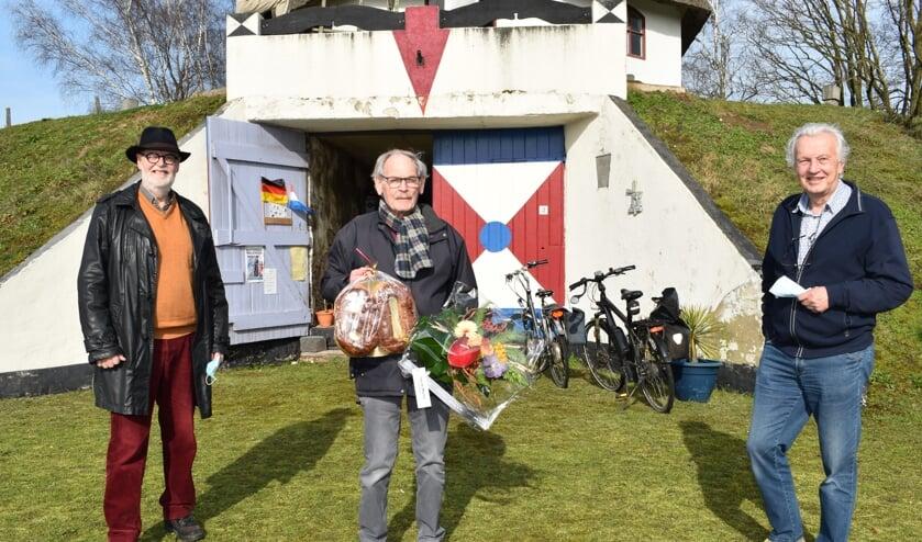 Molenstichting Gennep met links Harry Arts en rechts Arnold Roelofs bedankt Harry Kaak op zijn 80ste verjaardag voor zijn activiteiten als vrijwillig molenaar in de gemeente Gennep.