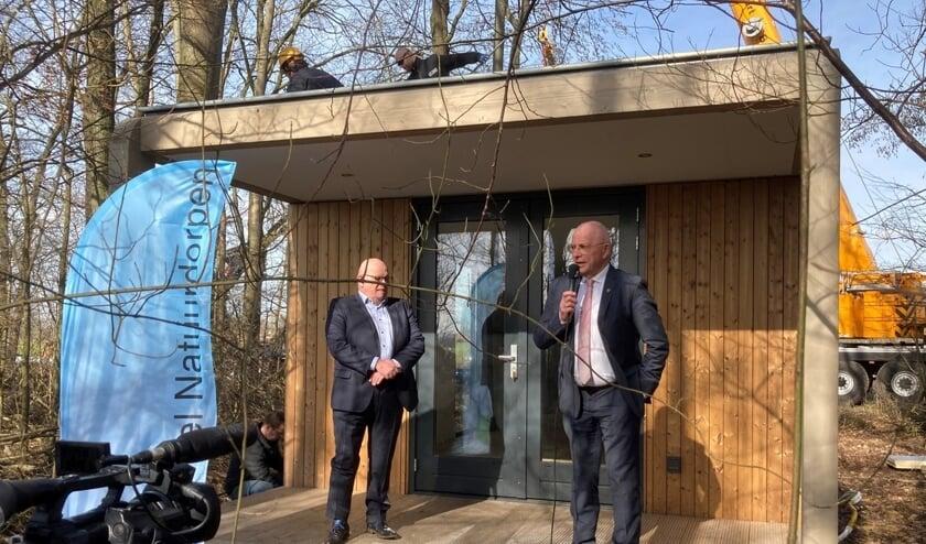 <p>De plaatsing van het eerste tiny house met wethouder Ben Brands van gemeente Landerd (links) en Pierre Bos, voorzitter PND (rechts).</p>