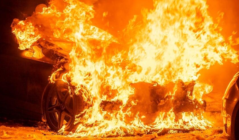 Auto uitgebrand in Hertogin Sophiastraat. (Foto: Gabor Heeres, Foto Mallo)