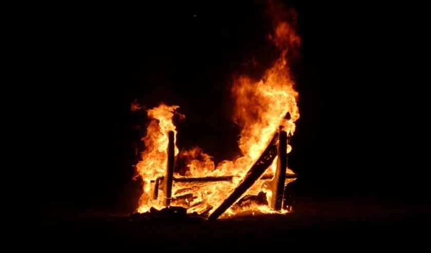 Bankje in speeltuin Vossehol vat vlam. (Foto: Thomas)