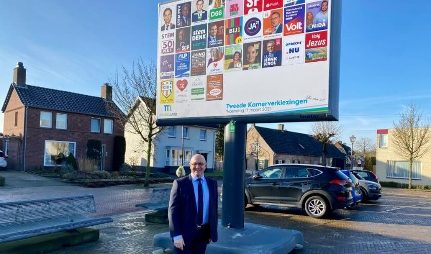 <p>Burgemeester Kees van Rooij op de foto met de nieuwe generatie verkiezingsborden.</p>