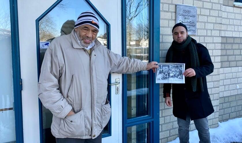 <p>Hussain Ben Haddou (75) en Anoir Benabdillah bij de Moskee Annour in de Beatrixsingel. Hussain heeft nog meegebouwd aan de moskee.</p>