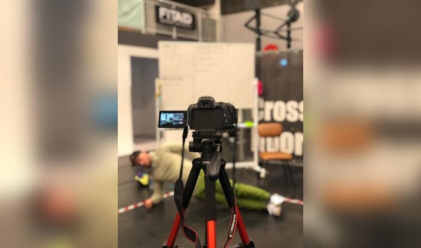 <p>Gabor Martens van CrossFit Noordkade is bezig met de opname van een workoutvideo.</p>