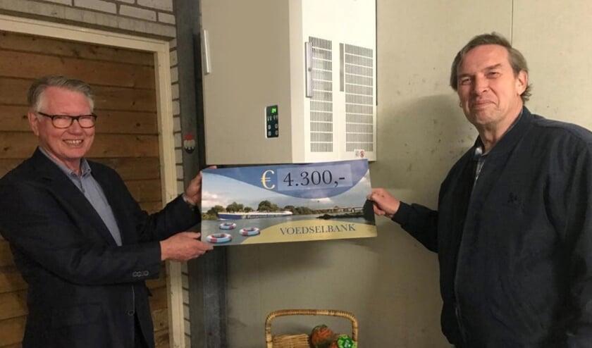 <p>Peter van Son (rechts op de foto) nam namens de stichting de cheque in ontvangst.</p>