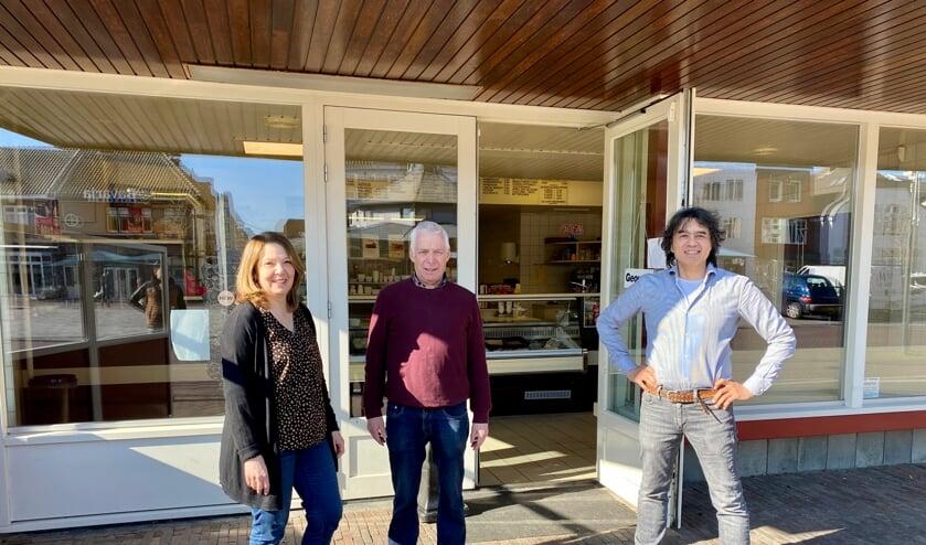 <p>Yvonne en Frans Verwaaijen geven het stokje door aan Ricky Voll. De nieuwe eigenaar zoekt nog personeel.&nbsp;</p>