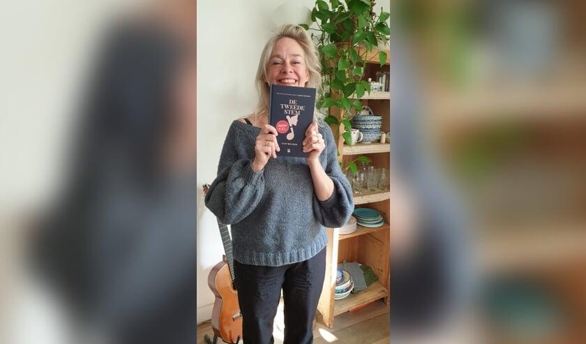 <p>Elin Meijnen met haar boek.</p>