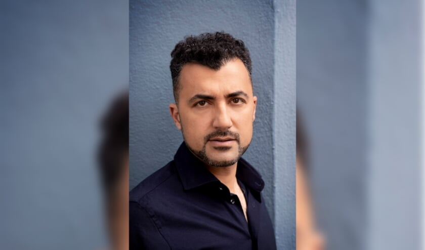 <p>&Ouml;zcan Akyol is schrijver van de bestsellers Eus en Toerist. (foto: Bob Bronshoff)</p>