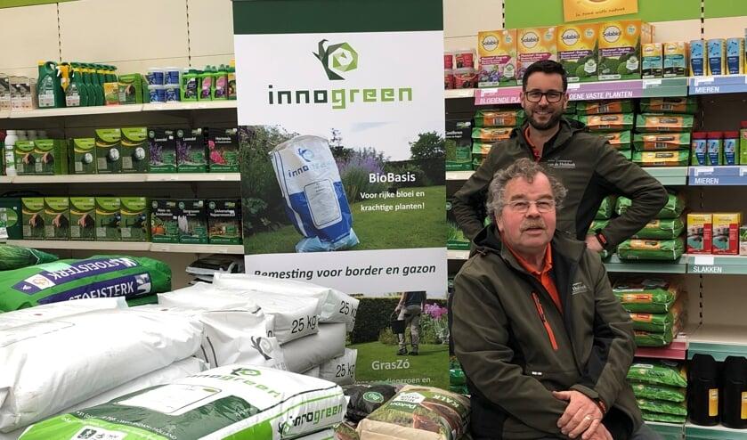 <p>Jan van den Hulsbeek en zijn zoon Martijn weten alles over goede bemesting en tuinonderhoud.</p>