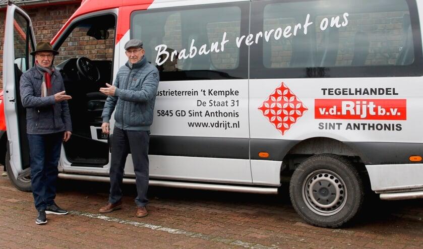 Buurtbuschauffeurs Jan de Hoog (links) en Harrie de Hoog heten nieuwe passagiers van harte welkom. (Foto: Bas Delhij)