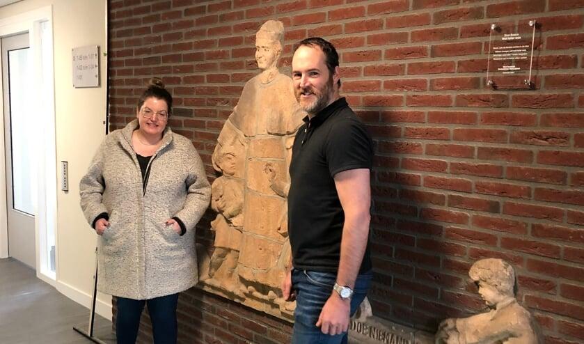 <p>Loes Mamczijk, bewoonster en Ivo Ketelaars, projectleider Area onthulden het ornament</p>