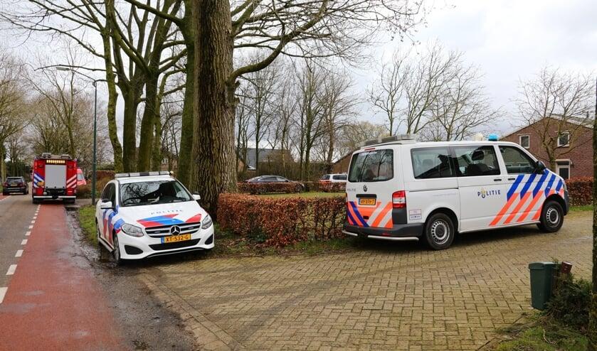 Politie doorzoekt loods in Geffen. (Foto: Charles Mallo, Foto Mallo)