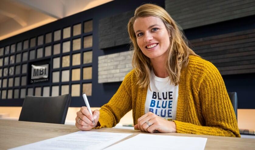 Dafne Schippers ondertekend een contract in MBI Design Center Amsterdam.