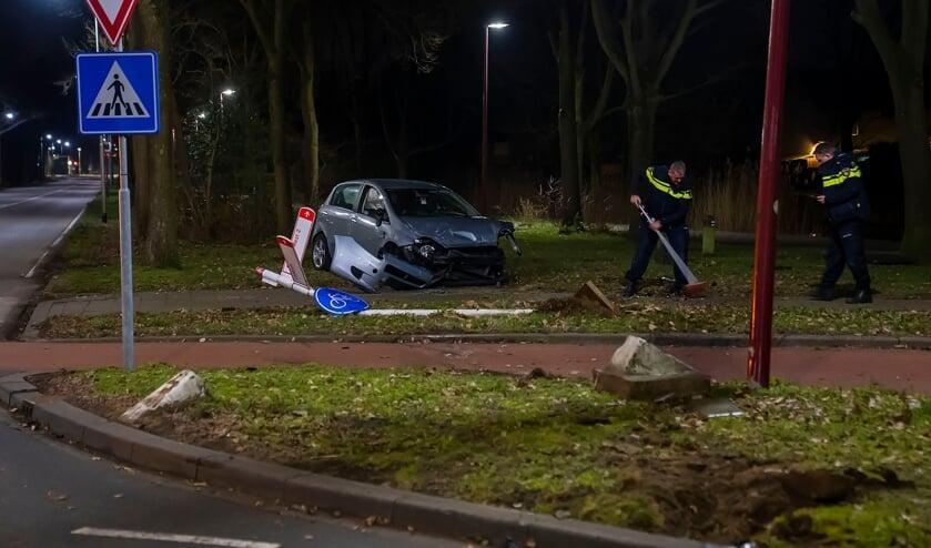 Ongeval bij rotonde bij Het Woud. (Foto: Gabor Heeres, Foto Mallo)