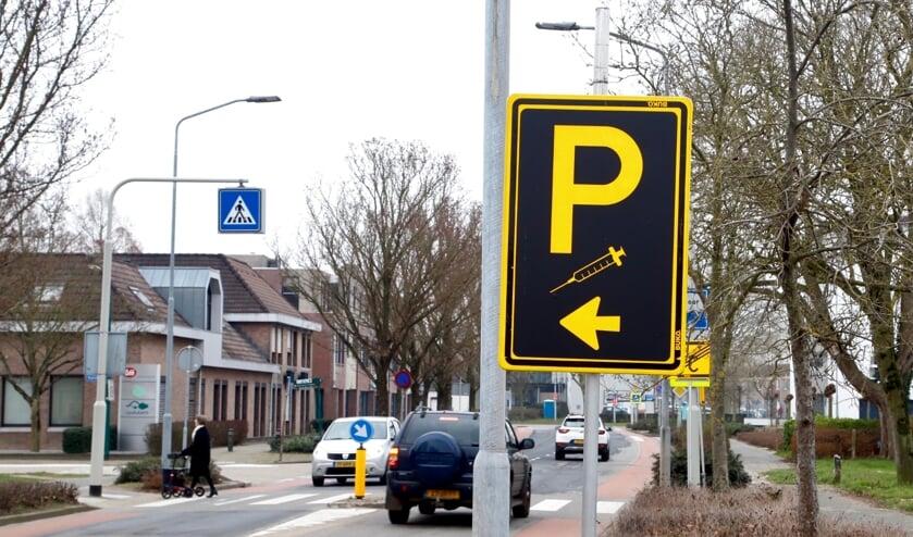 <p>Hier op de Burgemeester Verkuijlstraat zijn borden geplaatst om aan te geven waar men kan parkeren. (Foto: SK-Media)</p>