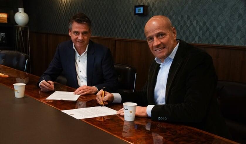 <p>Edwin van den Boom (L) en Frits van Eerd (R) ondertekenen het contract.</p>
