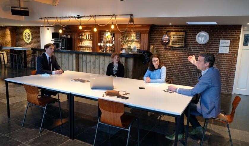 <p>CDA-lijsttrekker Wopke Hoekstra laat zich bijpraten door Ivonne van de Horst (blauwe trui) en Maarten Ebben over lokale initiatieven in het Land van Cuijk.</p>