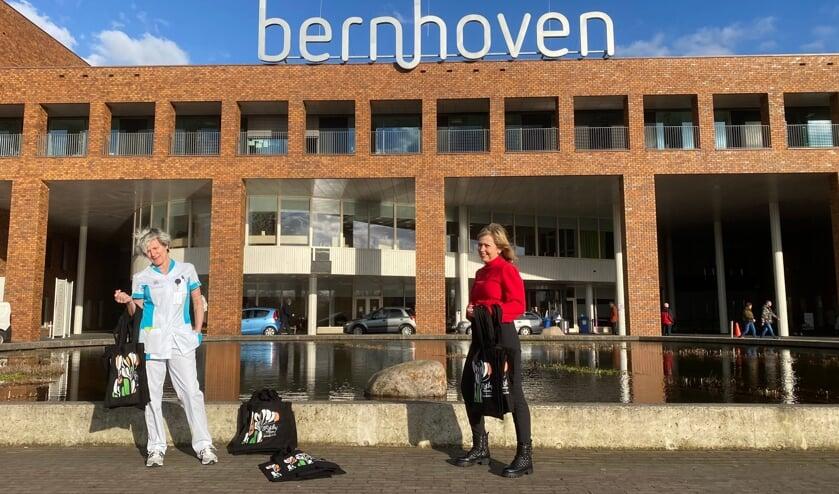 <p>Mariline Vermunt en Diana van Dijk-Roelofs voor het Udense ziekenhuis.&nbsp;</p>
