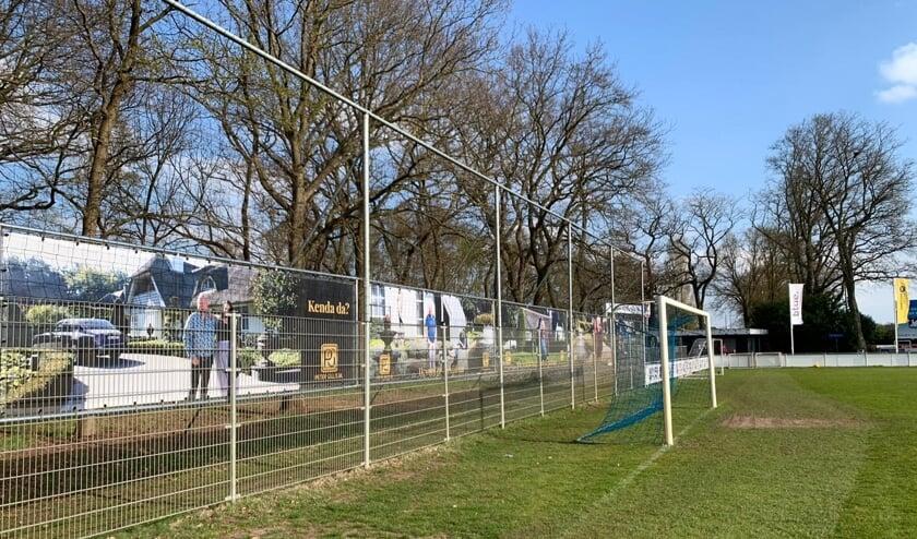 <p>Sponsordoeken van de flamboyante zakenman Peter Gillis sieren de ballenvangers en andere plekken langs het sportpark van Olympia&#39;18.</p>