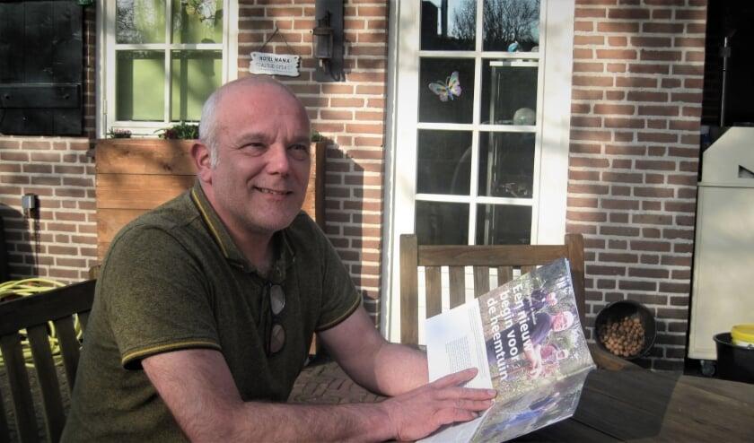<p>Tijs Nabuurs, met in zijn hand de eerste uitgave van het magazine.</p>