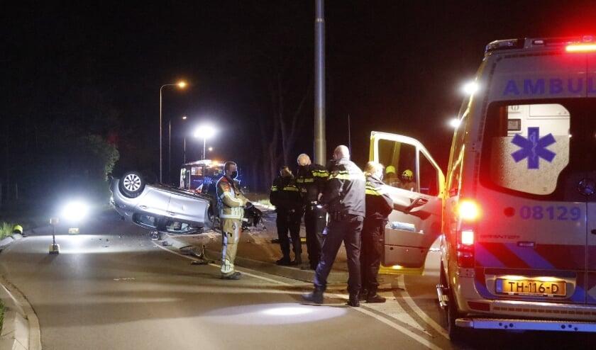 Een automobilist met een borrel op reed zijn auto op een vluchtheuvel.