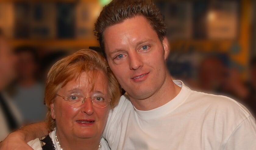 <p>Jurgen Pinckers samen met zijn moeder op een kampioensfeest <br>van Blauw Geel&#39;38</p><p><br></p>