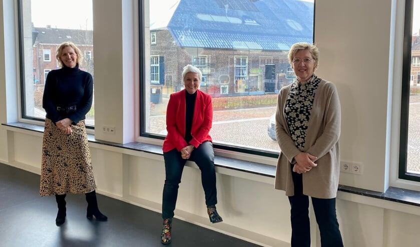 <p>Marike de Kroon, Natasja de Groot en Bernadette Keetels met op de achtergrond De Glazen Boerderij.</p>