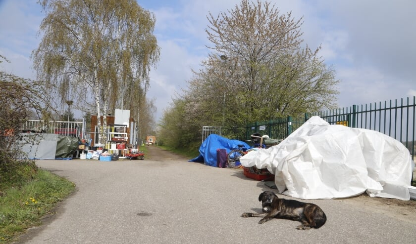 <p>Buiten het terrein liggen de bezittingen van de krakers opgestapeld, wachtend op een nieuw adres. (Foto: SK-Media)</p>