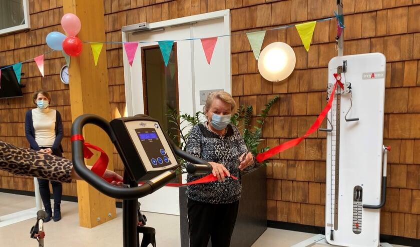 <p>Trudy Spikmans knipte het lintje door voordat zij haar rondje fietste.(foto Jos Gr&ouml;niger)</p>