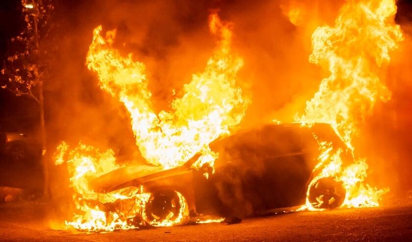 Auto uitgebrand in Wagenaarstraat, politie doet onderzoek. (Foto: Gabor Heeres, Foto Mallo)