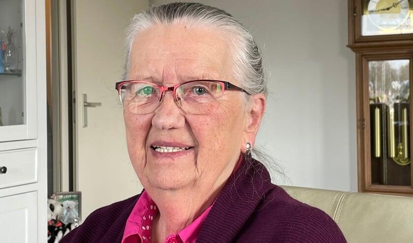 <p>Mevrouw Lit (86) heeft twee prikken tegen het coronavirus gehad en is verwend door de schoonheidsspecialiste.</p>