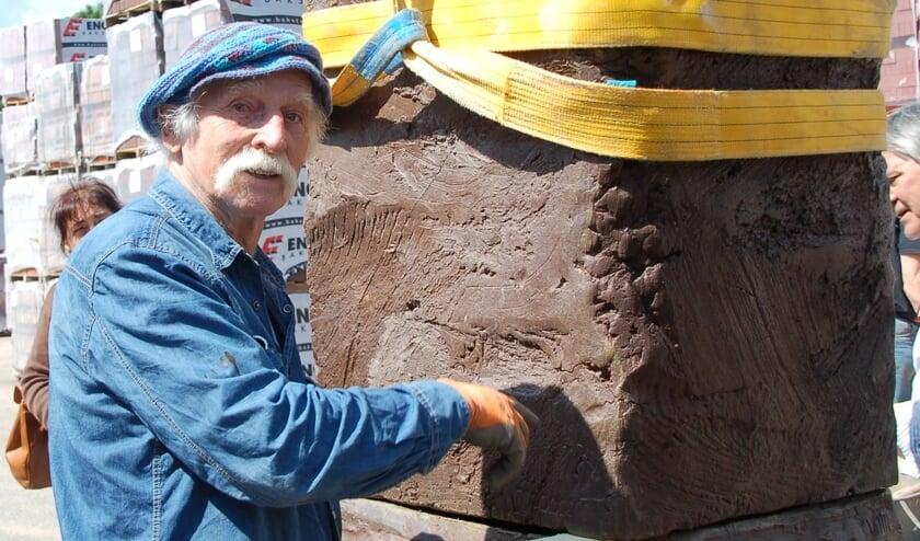 Geert Jacobs bij een van de blokken uit zijn project Stone Hands.