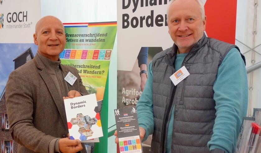 Khalid Rashid (L) van gemeente Weeze (D) en Rüdiger Wenzel von der van Stadt Goch tonen trots de knooppuntenkaart.