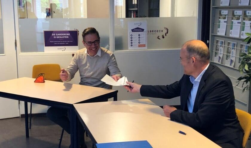 <p>Nadat wethouders Bellemakers (rechts) zijn handtekening plaatste werd het contract doorgegeven aan Antoon van der Horst, directeur van Van der Horst aannemers.</p>