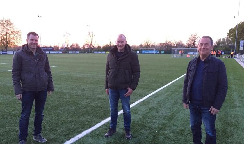 <p>Voorzitter Erik Sanders, penningmeester John Wijdeven en hoofdtrainer Eus Marijnissen van FC de Rakt.</p>