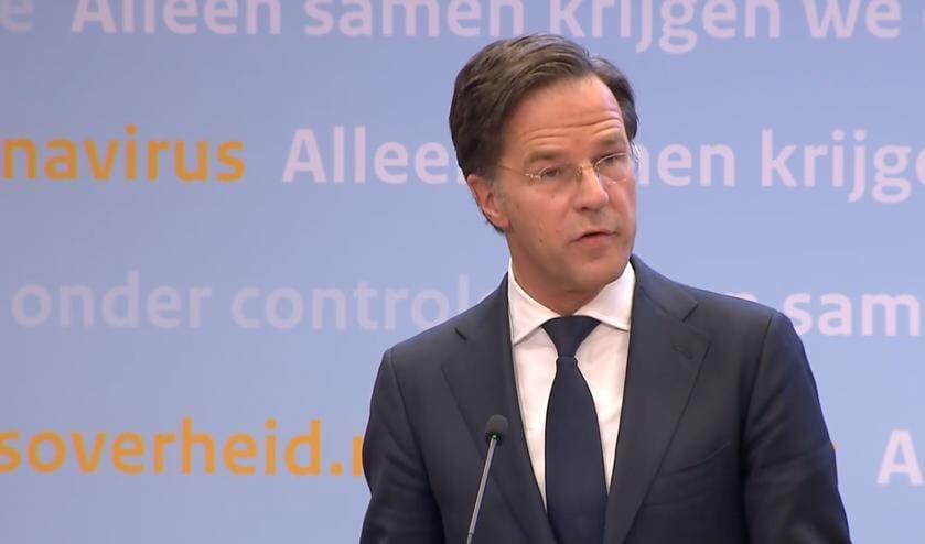 <p>Mark Rutte spreekt het volk toe tijdens de persconferentie op dinsdag 13 april.</p>