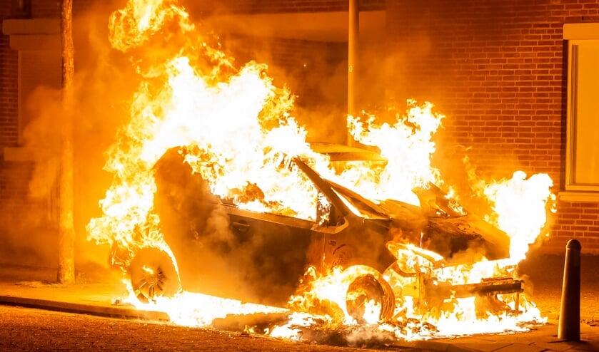 Autobrand in De Oude Vest. (Foto: Gabor Heeres, Foto Mallo)