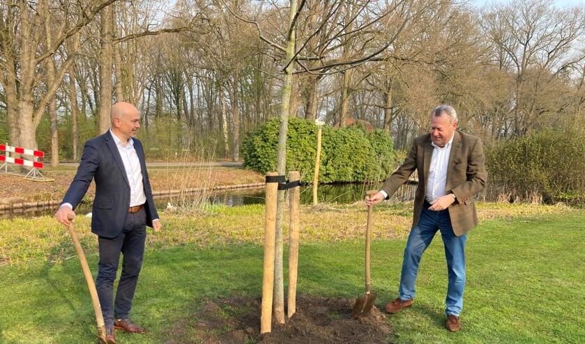 <p>Stichtingsvoorzitter Arthur Frieser en wethouder Van Rooijen.&nbsp;</p>