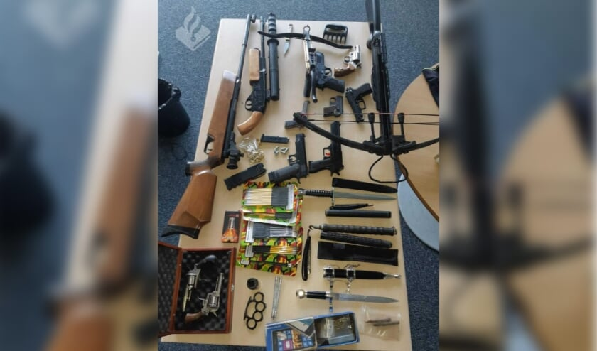 Politie vindt wapens, drugs en vals geld bij geweldpleger in Sint Anthonis