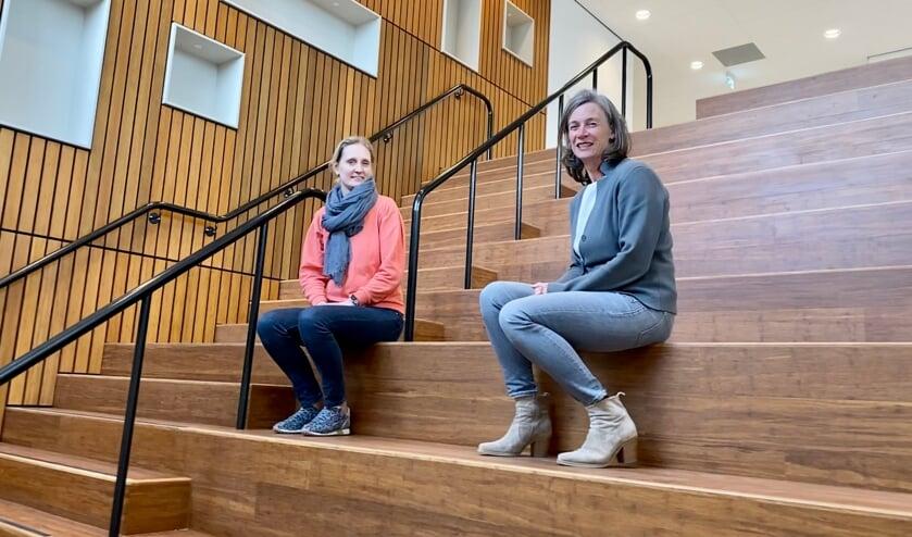 <p>Berdien van der Meijden (L) en Marly de Jong (R) zitten op de multifunctionele trap van De Uilenbrink.&nbsp;</p>