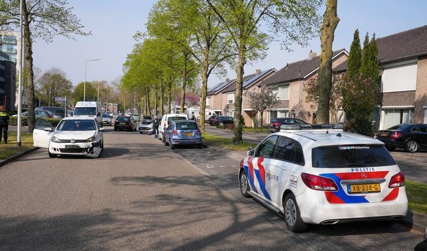 Auto's botsen op Schaepmanlaan. (Foto: Gabor Heeres, Foto Mallo)