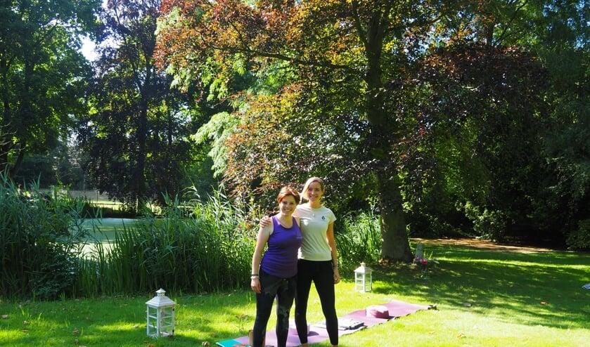 <p>Karin en Ayla in de kloostertuin.&nbsp;</p>