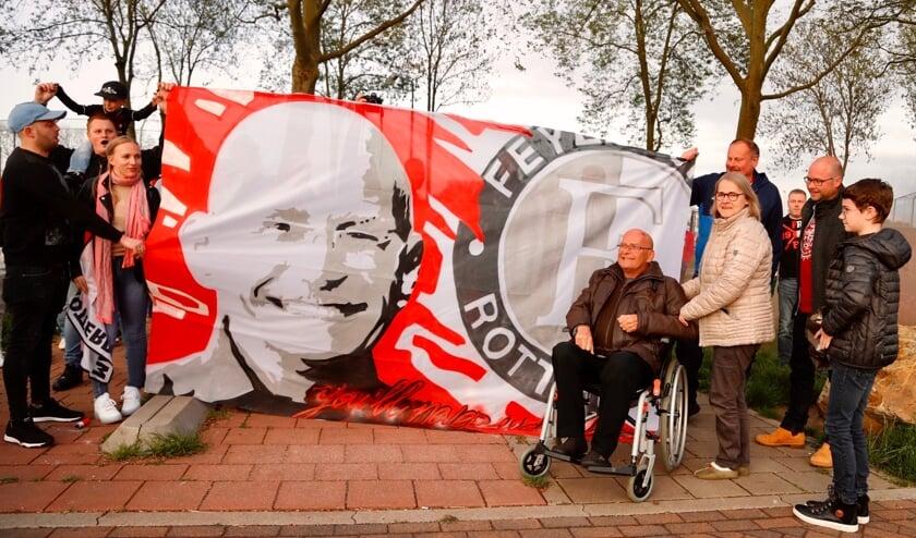 <p>Hans werd door tientallen supporters van Feyenoord ge&euml;erd.&nbsp;</p>