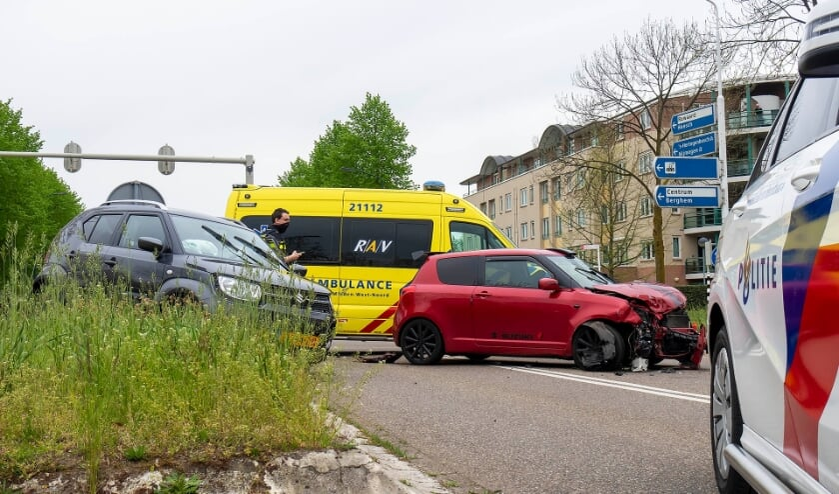 Auto's botsen op Osse kruising. (Foto: Gabor Heeres, Foto Mallo)